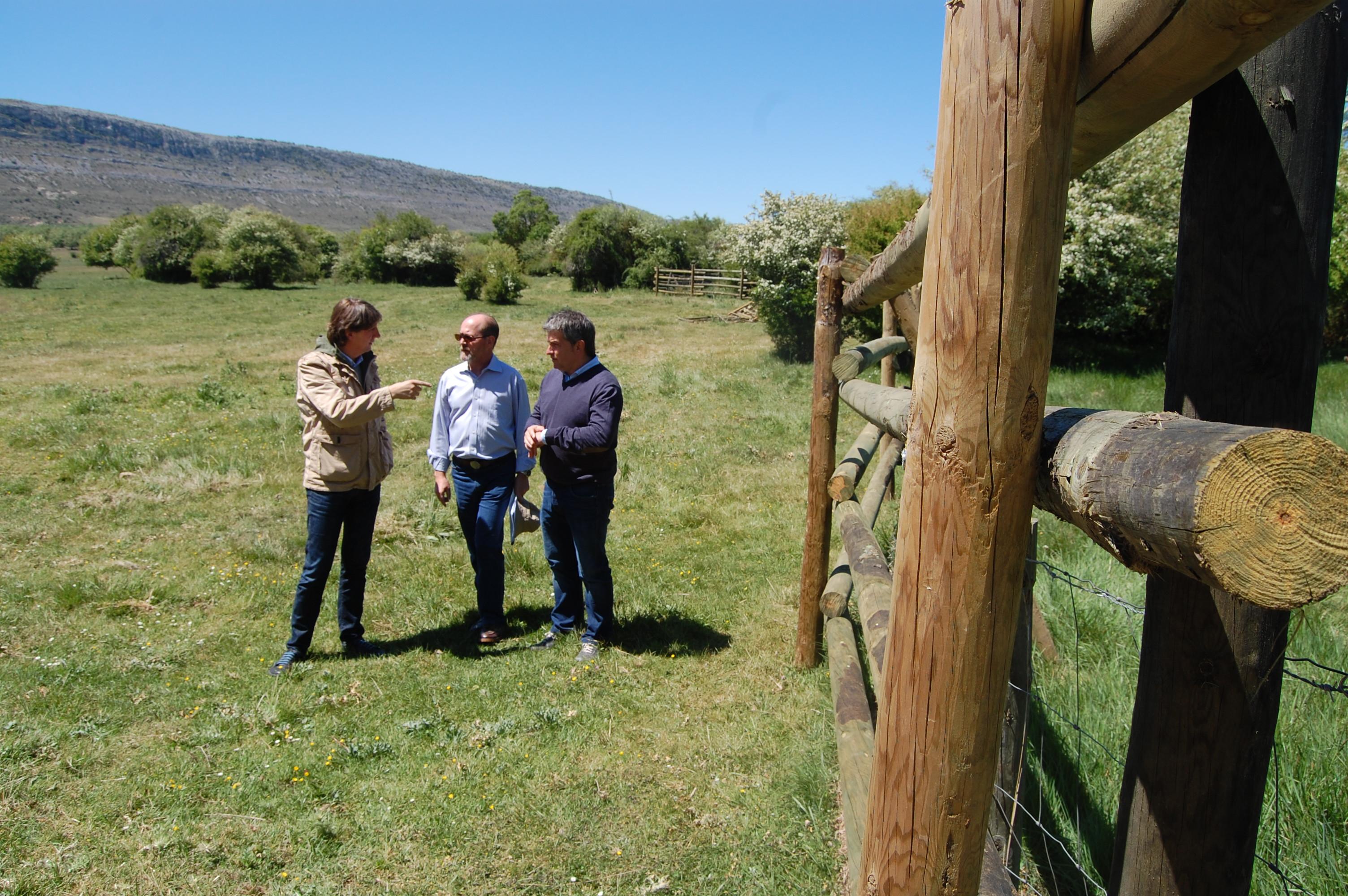 El alcalde visitando el vallado de La Saca